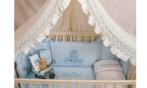 Какие комплекты в кроватку для новорожденных бывают и какой набор выбрать?